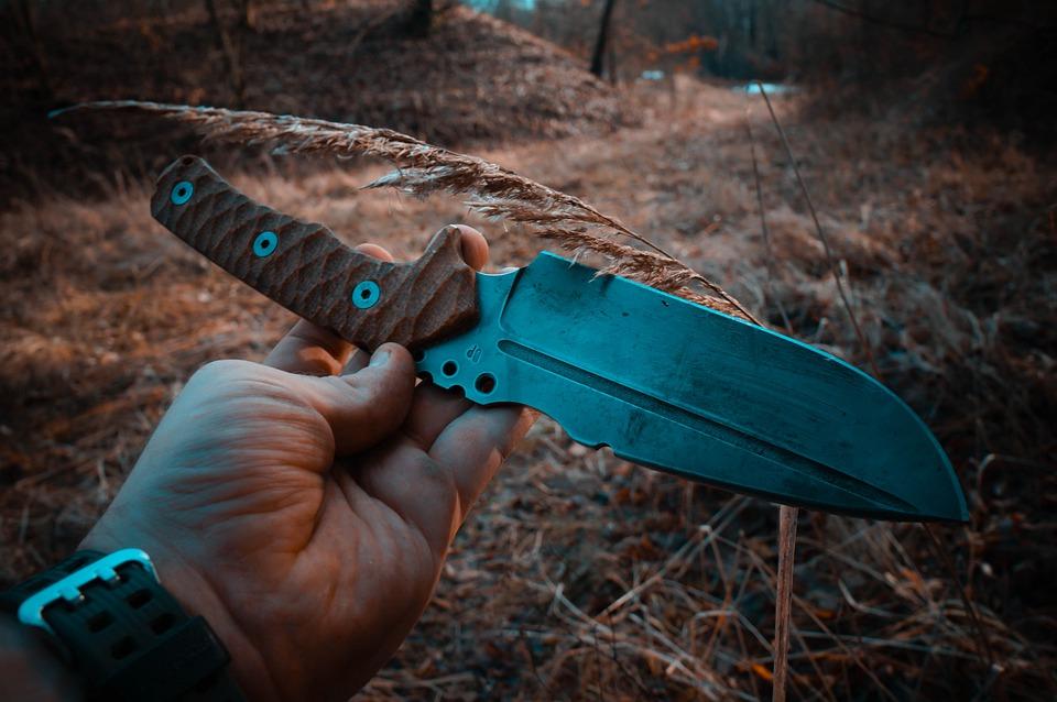 パラコードを編んでナイフのグリップ力を強化!利点や編み方は?